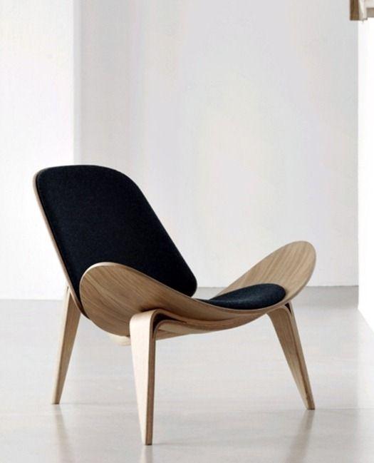 Wat: Shell Chair Ontwerper/fabrikant: Hans Wegner, Carl Hansen & Son Herkomst: Denemarken Materiaal: Hardhout laminaat, stof, leer Prijs: € 2,265.00