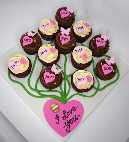 Cupcakes en crema ganache chocolate blanco y cafe con corazones, flores y mariposas en pastillaje rosa y fucsia