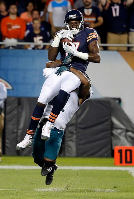 Chicago Bears wide receiver Alshon Jeffery (17) makes a catch against Philadelphia Eagles free safety Jalen Mills (31) during the first half of an NFL football game, Monday, Sept. 19, 2016, in Chicago.