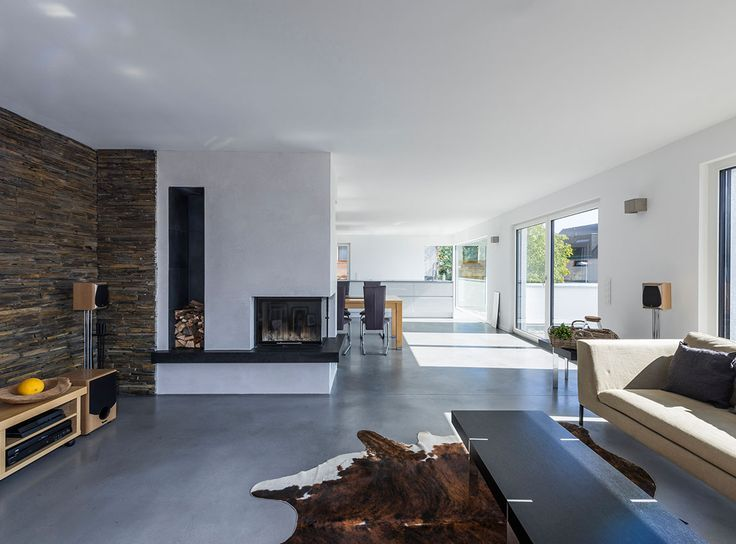 Wohnzimmer Mit Offenem Kamin Und Kuhfell