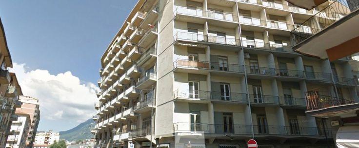Appartamento di circa 120 mq composto da ingresso, salone con piccolo camino, studio, cucina, due camere da letto, bagno e ripostiglio.