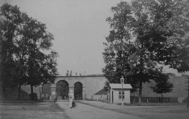 Arnhem: DE oudst bekende foto van de Zijpse Poort uit 1866. | Het hokje naast de poort is een veldwachterspost. Deze had je ook bij de Velperpoort. Als deze foto inderdaad uit 1866 is, dan is het Sonsbeekpark nog het privédomein van baron van Heeckeren van Enghuizen.