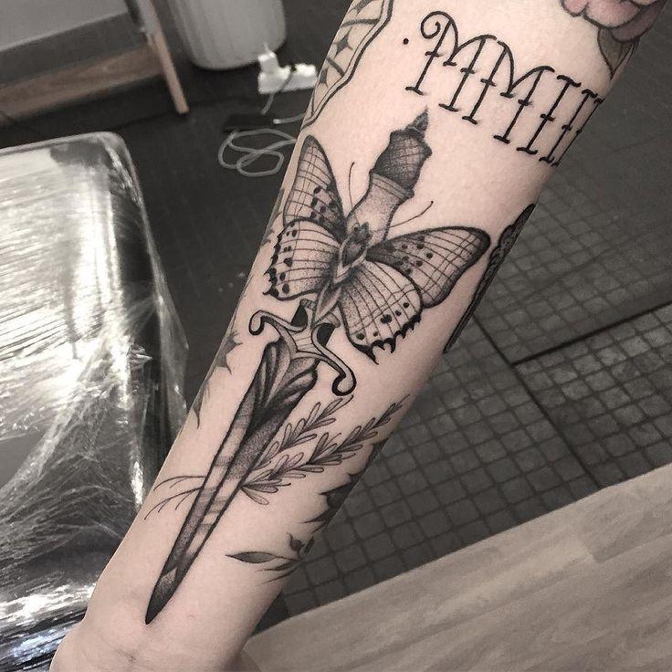Tatuagem de borboleta feita por Renata Gregori no estilo old school. #tatuagem #tattoo #tradicional #oldschool