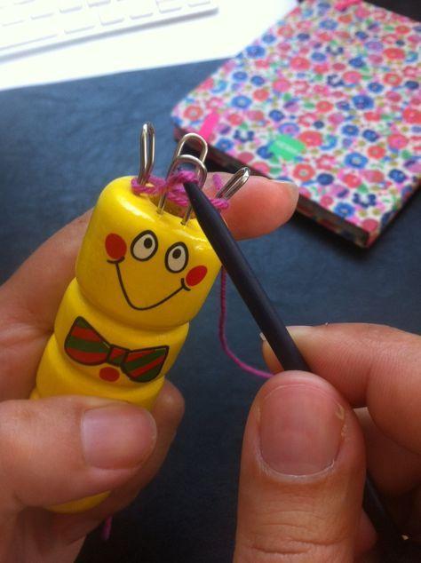 Découvrez le mode d'emploi du tricotin manuel et plein d'inspirations... Petite, j'aimais bien utiliser mon tricotin. Je passais des heures à fabriquer des mètres de «câble» pour au final ne pas ...