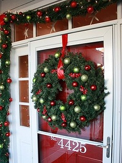 door-christmas-decor: Christmas Wreaths, Decoration, Decorating Ideas, Front Doors, Holidays, Door Decorating, Christmas Ideas, Merry Christmas