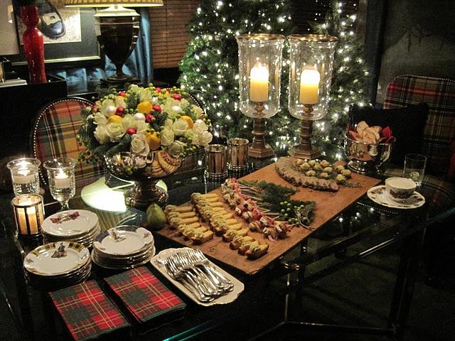 Tartan napkins: Christmas Parties, Holidays Parties, Buffet Tables Sets, Interiors Design, Holidays Tables, Parties Ideas, Parties Tables, Cocktails Parties, Buffet Ideas