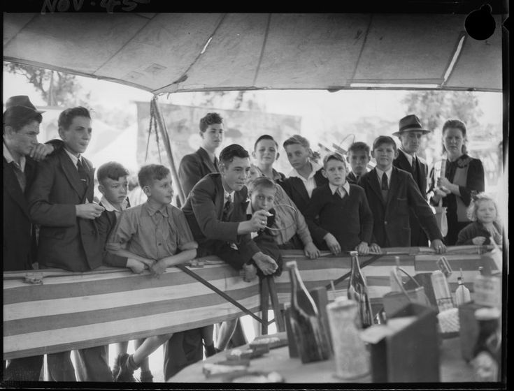 046978PD: A game of chance at the Perth Royal Show, 1945. http://encore.slwa.wa.gov.au/iii/encore/record/C__Rb2395488__SSideshow%20alley%2C%20Perth%20Royal%20Show%2C%2012%20__Orightresult__U__X6?lang=eng&suite=def