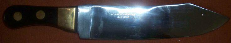 """""""Hudson's Bay-Buffalo Knife - 35cm""""  Replikat des bekannten schweren Handelsmessers der HUDSON`S BAY Co. Diese Messer erschienen erstmals um 1850 im Indianerhandel. Dieses Replikat ist exakt nach dem Original gefertigt und mit der originalgetreuen Stempelung des ersten Herstellers dieser Messer -JUKES COULSON & Co.- versehen. Griffschalen aus schwarzem Horn, mit Messing-backen. Gesamtlänge 35cm, Klingenlänge 23 cm, Klingenstärke 7mm."""