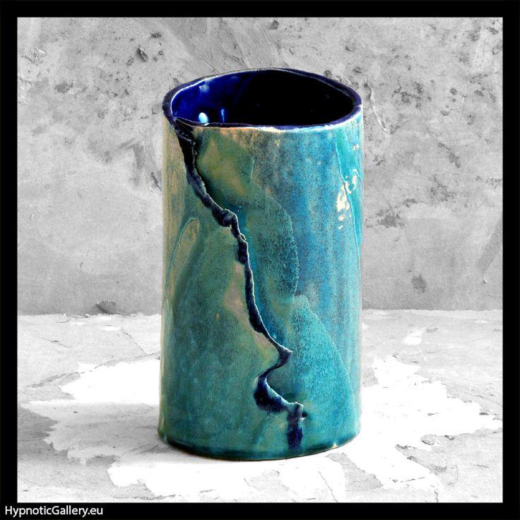 Ceramic vase in hues of blue. Ceramiczny wazon w niebieskich odcieniach.