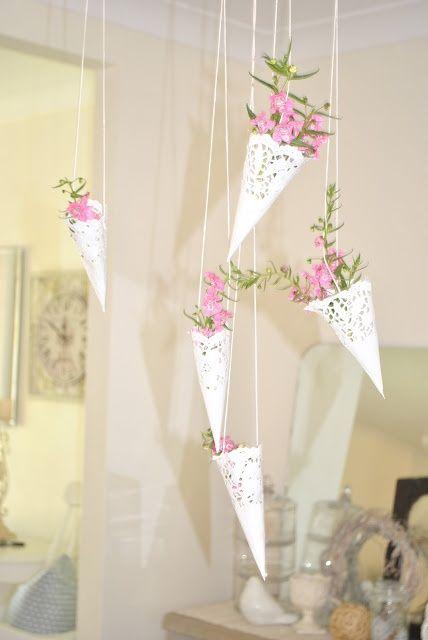 Votre budget est limité et vous voulez organiser un mariage rustique, campagnard ou vintage ? Utilisez des napperons en papier !