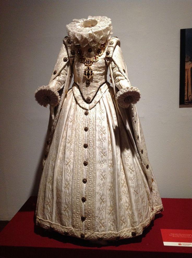 Estilo de ropa de los siglos XVI y XVII, que expresaba un balance ideal entre partes individuales del cuerpo. Hacía uso de tejidos preciosos y caros (brocado, terciopelo, seda).  Las prendas de mujer acentuaban la forma natural de su figura mediante su énfasis en la cintura; la falda era generosa con amplios pliegues, y el corsé, muy ajustado, tenía un escote circular o cuadrado