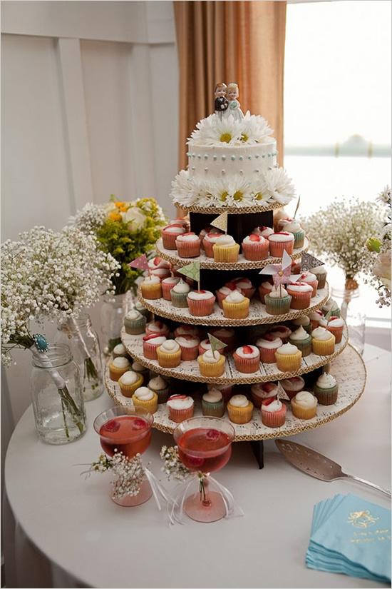 cupcake and cake: 1960S Backyard, Cupcake Stands, Weddings Cupcake, Vintage Weddings Cakes, Cupcake Cakes, Small Cakes, Backyard Weddings, Weddings Cups Cakes, Cupcake Towers