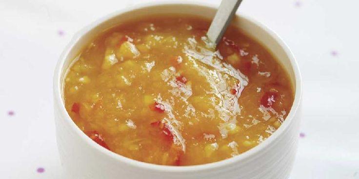 1. Skrell og skjær mangoen i små biter. Skrell og hakk hvitløk. Skrell og rasp opp ingefær. 2. Kok mangoen med eddik, chili, ingefær og sukker. 3. Kjør til puré...