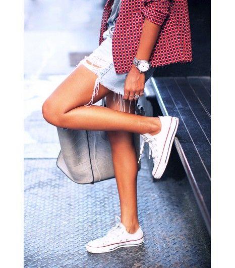 Witte Allstars onder jeansshort