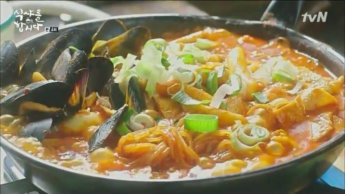 sup pedas seafood, toppoki, ramen