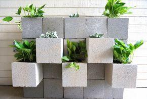 Aujourd'hui, nous allons voir comment réaliser un mur décoratif en parpaings.Dans la mesure où les blocs ne sont pas peints, c'est plutôt leur disposition et les plantes mises en place…