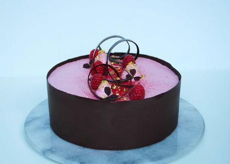 Det her må simpelthen være den bedste kage jeg endnu har lavet! Den indeholder alle mine yndlingsingredienser, den smager fantastisk og så er den smuk at se på. Det er en kage der er lidt mere tidskrævende – men tro mig, det er det hele værd! Kagen består af en lækker pistaciemazarin (som i også … Read more...