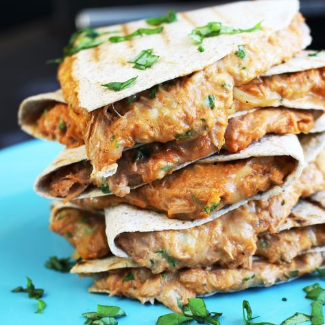 Met dit recept ga je gegarandeerd je collega's jaloers maken als ze hun droge boterhammetjes aan het herkauwen zijn. Deze Eiwitrijke Tonijn Quesadilla is een absoluut lunch toppertje! Ingrediënten (voorvier personen) 4 meegranen wraps 2 blikjes tonijn op waterbasis Verse peterselie 1 el Sriracha 1 el yogonaise 50 gram geraspte kaas 30+50 gram geraspte mozzarella …