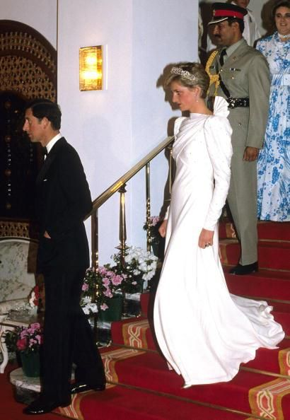 BAHRAIN - NOVEMBER 17: Diana, Princess of Wales wears the Spencer Tiara and a dress designed by the Emanuels at a State Banquet with Prince Charles, Prince of Wales on November 17, 1986 in Bahrain. (Photo by Anwar Hussein/Getty Images) 1987 Anwar Hussein