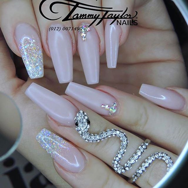 #Repost @tammytaylornailssouthafrica ・・・ Tammy Taylor Moreletapark Obsession of the week Fresh pink With white twinkling Stars Dine by Master Educator Michelle  Download the Tammy Taylor SA App to find a salon  you. Cruelty Free and used in over 100 thous