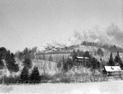 Un train entre en gare à la station de chemin de fer de Sainte-Marguerite-du-Lac-Masson dans les Laurentides. Photographie prise le 3 janvier 1942