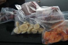 Banana, abacate, abacaxi, manga; em rodelas e congelar Uva: lavada e congelada sem sementes. Morango: lavada e inteira ou batida no liquid sem NADA e na forma de gelo. Mamão: em pedaços; congela separado e depois poe no saquinho...Depois de tudo congeladinho, guardo em saquinhos herméticos no congelador. O QUE FAZER: smoothies, caldas/geléias, sorvetes, sucos, bater com água de coco, comer as bolinhas congeladas, milk shakes cremosos, over night oats etc