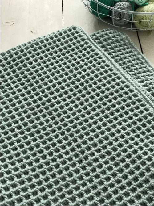 Gratis haakpatroon voor het haken van een ledikantdeken in de wafelsteek. Met duidelijke foto instructies en uitleg.