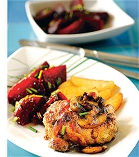 Viltfärsbiff med bacon och marinerade rödbetor (se sep recept)