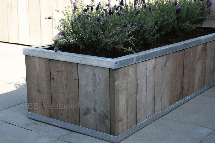 Bloemenbak van steigerhout met verzinkt staal. 200x60x40cm lxdxh  De bodem is voorzien van pvc golfplaten (met gaatjes voor de afwatering), daar overheen worteldoek en vijverfolie aan de zijkanten.