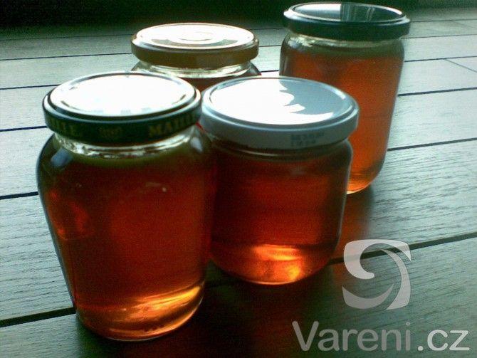 Jednoduchý recept na pampeliškový med. Celé vaření trvá 2 dny.