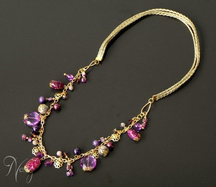 Necklace made with gold leather string, fashion gold chain, purple nacar beads, purple crystal beads and more. Collar hecho con cuero, cadena dorada de fantasía fina, cuentas moradas y lilas de nacar, cristales checos y otros.
