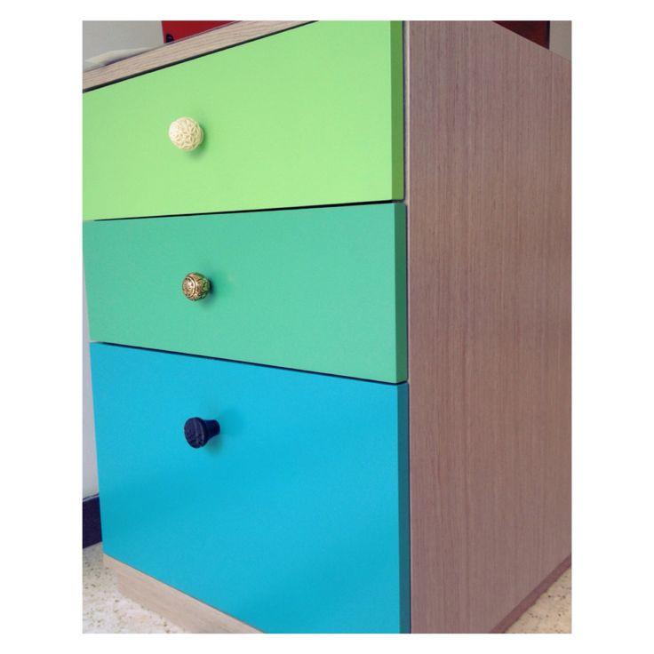 Detail is everything on these Desk Drawers // Especial atención a los detalles para este archivador de escritorio. #drawers #archivador #knobs #denken #furnituredesign #officespace #color