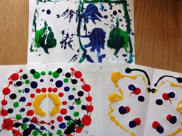 おうちで簡単!デカルコマニー(転写画)をやってみた  デカルコマニーは、フランス語で「転写画」を意味します。紙に絵の具などを塗り、絵の具が乾く前に紙を2つ折りにしたり、別の紙を押しつけたりする描画技法のことです。1歳と6歳の子どもと一緒に、自宅でデカルコマニーをやってみました!