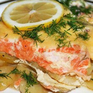 Семга, запеченная с картофелем, под сметанным соусом рецепт – основные блюда. «Афиша-Еда»
