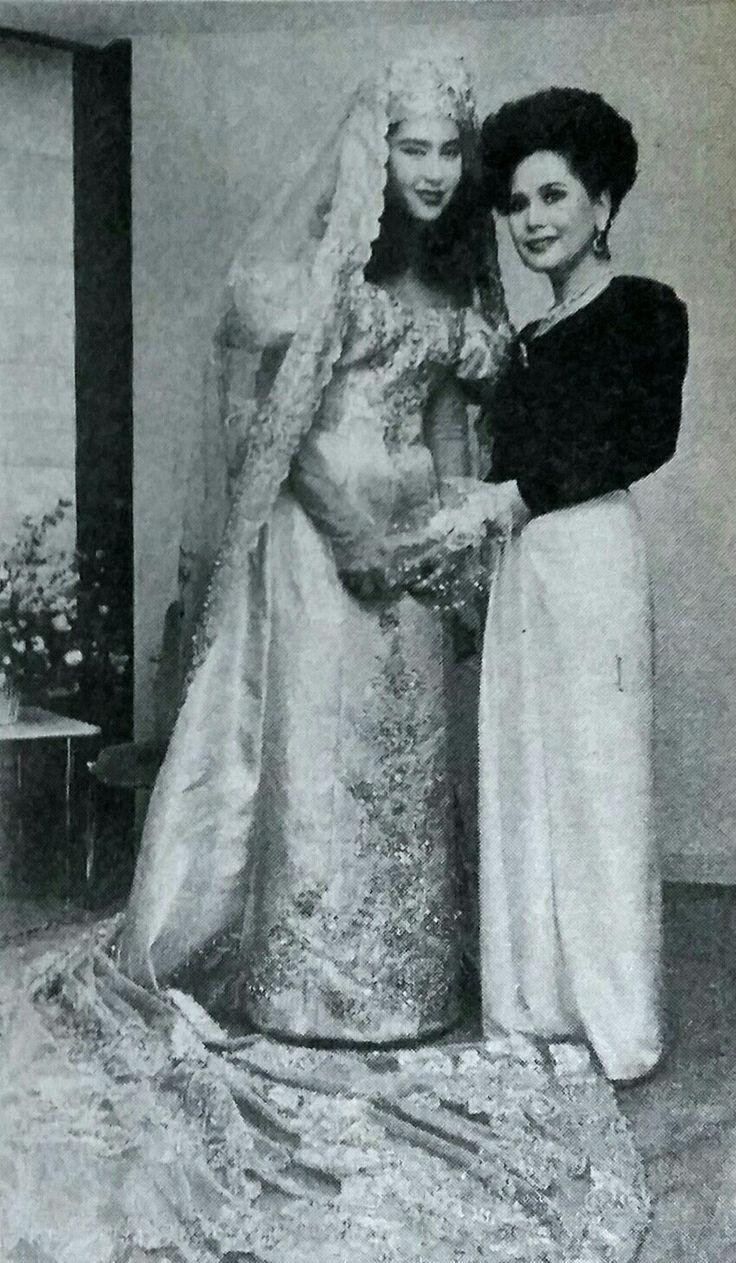 Dewi and her daughter, Karina. Jakarta Jakarta No. 289 11-17 Jan. 1992.