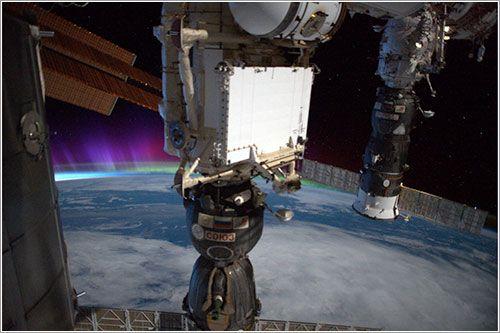 Una Soyuz, una Progress, y una aurora polar desde la Estación Espacial Internacional
