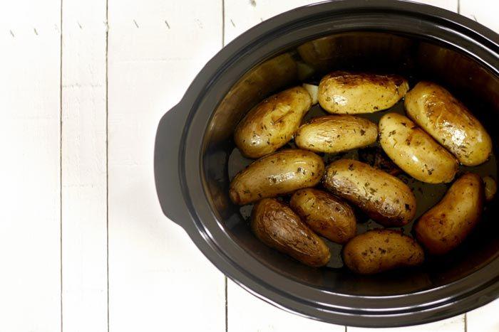 Patatas rellenas de salchichas. Receta para Crock Pot