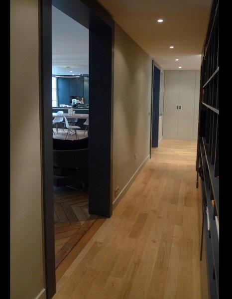 2 en 1 On conserve le long couloir qui distribue les trois chambres et la salle de bain principale. On crée une bibliothèque le long de la cloison. Le couloir devient ainsi bien plus qu'un simple passage et compose harmonieusement l'espace.