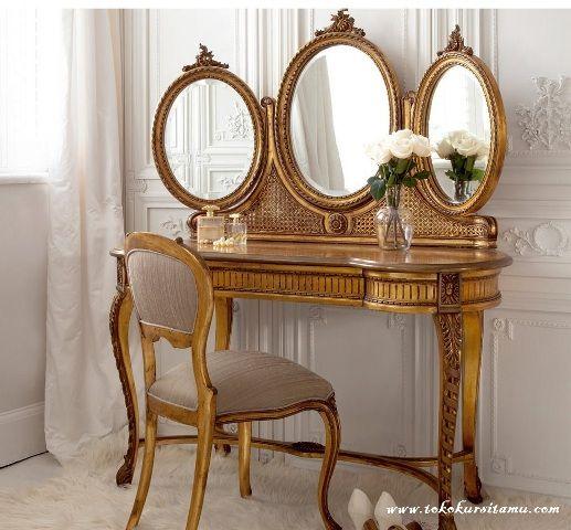 Meja Rias Ukir Finishing Emas MRS-009 ini memilii tampilan mewah disempurnakan dengan finishing cat duco emas menambah kesan menawan.