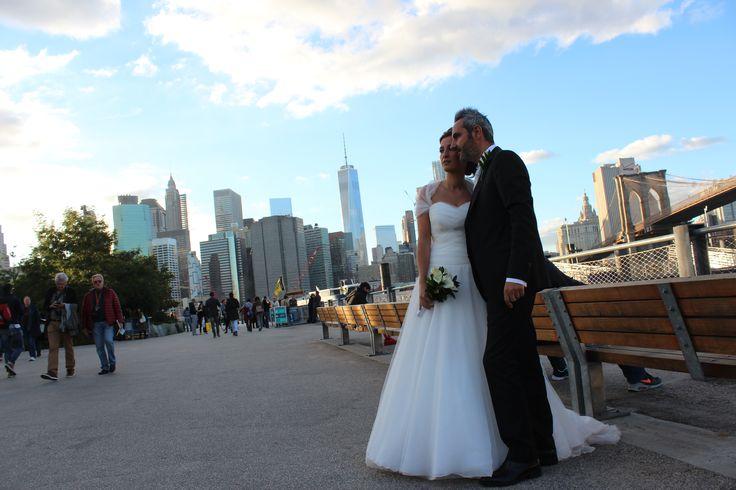 Un 'sì', quello di Chiara e Gianfelice, pronunciato nel cuore di New York, nella meravigliosa cornice quasi autunnale offerta da Central Park. L'abito bianco e romantico con corpetto di tulle intrecciato, un piccolo strascico, ed un coprispalle consigliato da Livia de Il giardino fiorito delle spose!