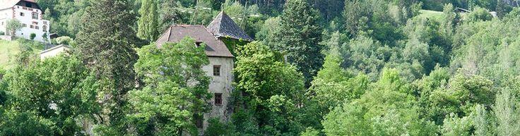 Burg Anger, Klausen, Südtirol: die Burg befindet sich in Privatbesitz. 1264 wird ein Hof zu Anger, 1323 die Burg Anger erwähnt. Die heutige Burg ...