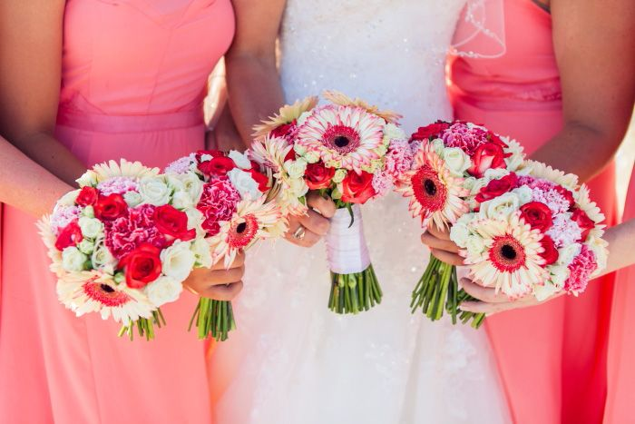 Bridal bouquet JODIE and matching bridesmaid bouquets with coral colored seasonal flowers by MOMENTS www.weddingincrete.com