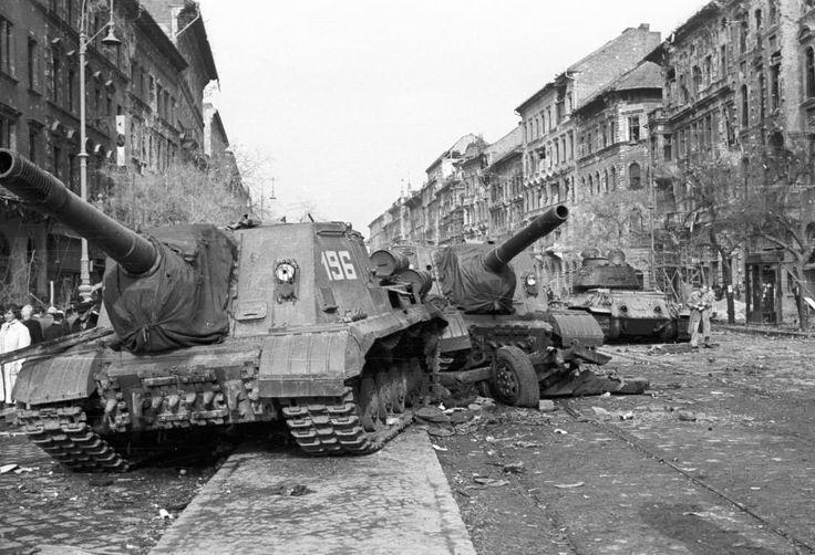 József körút a Corvin (Kisfaludy) köznél. Harcképtelenné tett ISU-152-es szovjet rohamlövegek, a háttérben egy T-34/85 harckocsi.