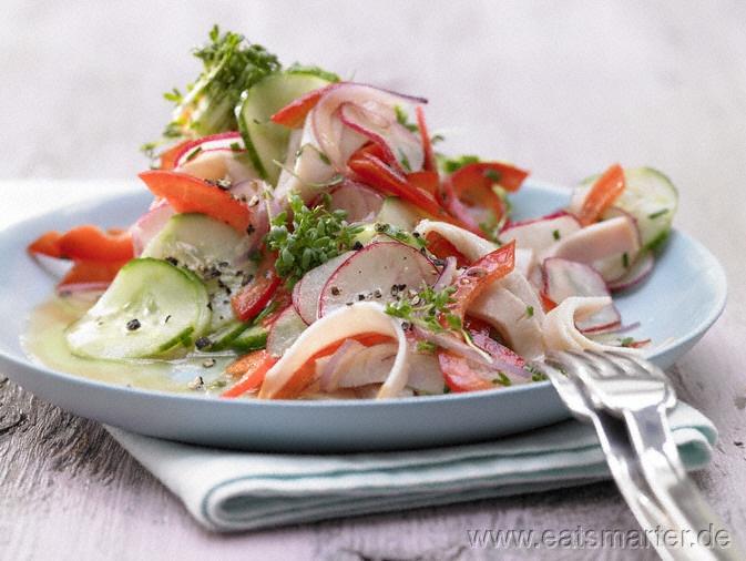 Bunter Wurstsalat - smarter - mit Gurke und Radieschen.  Kalorien: 207 Kcal | Zeit: 30 min. #salad