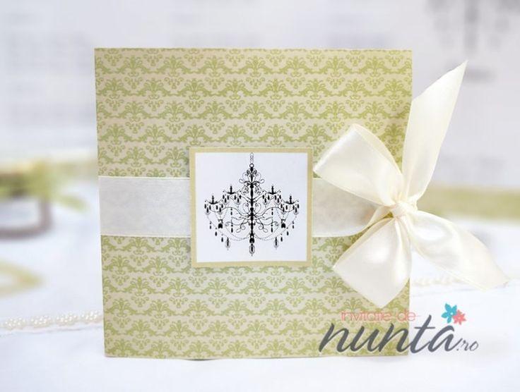 Invitatie de nunta cu model verde Elegant Chandelier. Motivul candelabrului da o nota de eleganta clasica intregului design in nuante de verde, cu textura sidefata, completat de o funda delicata din satin crem.