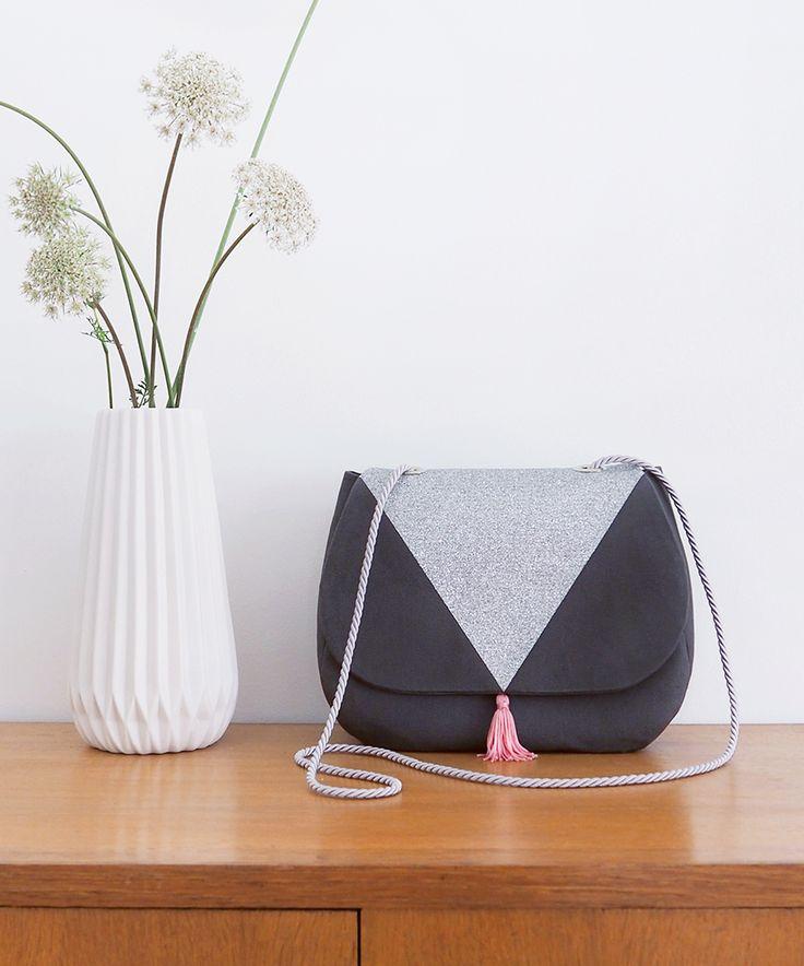 Besace à oeillets, empiècement glitter à paillettes en forme de triangle - Patron de couture dans le livre « Mes jolis sacs mais pas que… » (Hélène Mora aux Editions de Saxe)