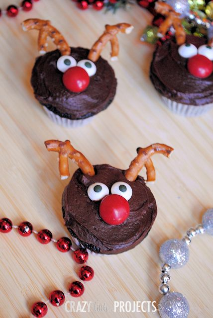 Oh these are SO cute!! Quick and easy holiday treat. Reindeer cupcakes.