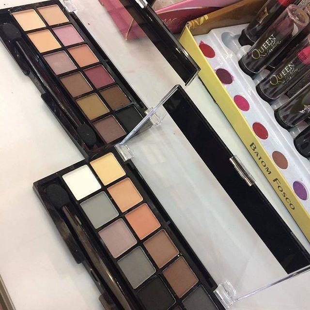 As paletas de sombra em tons neutros serão suas maiores aliadas na hora de fazer uma maquiagem poderosa e sofisticada. Sejam os tons mais fortes para o côncavo ou os mais claros para abrir o olhar, vale se jogar nessa tendência e valorizar sua beleza! ❤️ Onde encontrar: Cores mais cores (Av. Cristóvão Colombo, 287 - Loja 106 - Savassi) #feirashop #lindadefeirashop #moda #modabh #modamineira #modaparameninas #beleza #beauty #maquiagem #makeup #paletadesombras #sombras #make #tendencia #trend…