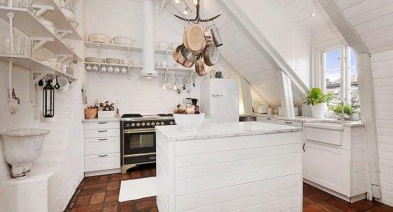 Večna bela kuhinja v mansardi