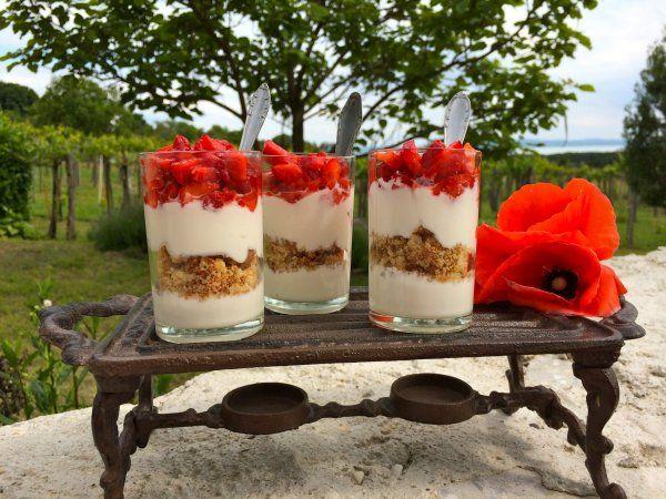 N.Y. cheesecake a pohárban – hűsítő epres desszert – Sütit akarok!